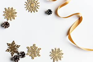 Картинки Рождество Снежинки Шишки Ленточка Белый фон Шаблон поздравительной открытки