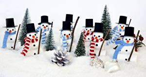 Картинка Рождество Снеговики Шляпа Шарф Шишки