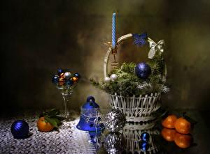 Фото Рождество Натюрморт Мандарины Конфеты Корзина Ветвь Шар Колокольчики Пища