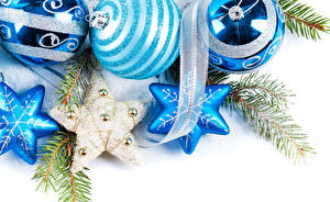 Картинки Новый год Белый фон Шарики Снежинки