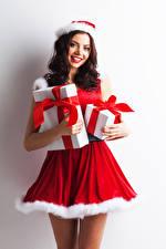 Обои Рождество Белый фон Униформа Шатенка Улыбка Подарки Смотрит