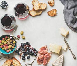 Фотография Кофе Виноград Хлеб Ветчина Сыры Оливки Белый фон Завтрак Чашка Еда