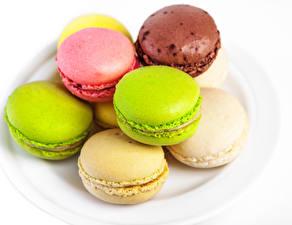 Фото Печенье Крупным планом Белым фоном Макарон Разноцветные Пища