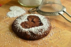 Фотографии Печенье Выпечка Сахарная пудра Крупным планом Сердце Еда