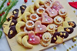 Картинки Печенье Выпечка Сахарная пудра Разделочная доска Сердечко Пища