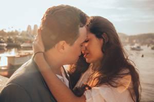 Картинки Влюбленные пары Мужчина Любовь Двое Целоваться молодая женщина