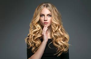 Картинки Серый фон Блондинка Волосы Руки Взгляд