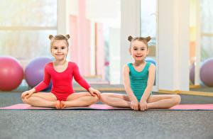 Фотографии Гимнастика Девочка Два Униформа Сидящие Смотрят Дети