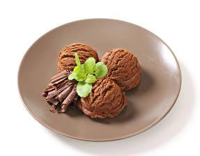 Картинка Мороженое Шоколад Белом фоне Тарелка Шар Втроем Еда