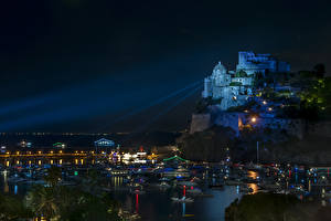Фото Италия Замки Дома Пирсы Скала Ночные Уличные фонари Castello Aragonese Города