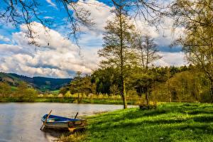 Фотографии Озеро Лодки Лес Траве Облачно Природа