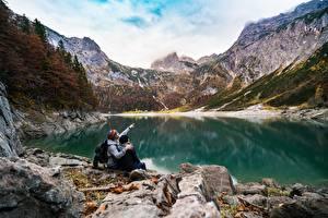 Фотографии Озеро Горы Камень Утес 2 Сидящие Отдыхает