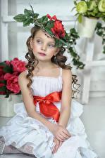 Картинка Девочки Модель Сидящие Шляпа Платье Ребёнок