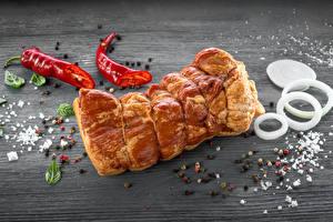 Фотографии Мясные продукты Ветчина Острый перец чили Перец чёрный Лук репчатый Приправы Доски Солью