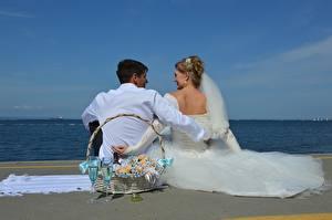 Фотография Мужчины Влюбленные пары Пляже Двое Корзинка Бокал Жених Невеста Платье Свадьба Сидящие девушка