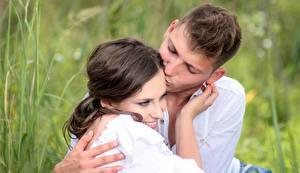 Обои для рабочего стола Мужчина Влюбленные пары Шатенка Улыбка Поцелуй 2 молодые женщины