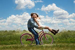 Картинка Мужчины Влюбленные пары Два Очках Целоваться Облака Траве Велосипеды девушка
