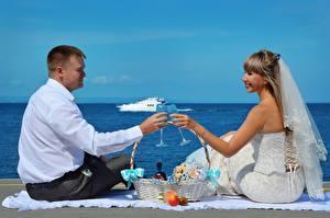 Фотографии Мужчины Любовники 2 Свадьба Жених Невеста Бокалы Корзина Сидящие Девушки