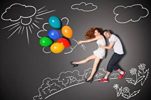 Фото Мужчины Оригинальные Сером фоне Две Шатенки Обнимает Воздушный шарик Улыбается девушка