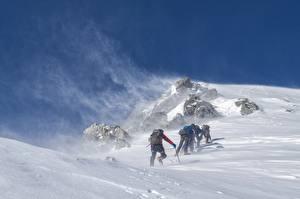Обои Горы Зима Альпинизм Ветер Снега Альпинист спортивные