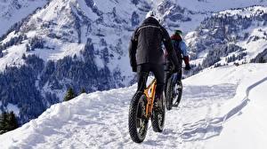 Картинка Горы Зима Снег Велосипед Тропа Куртка Природа