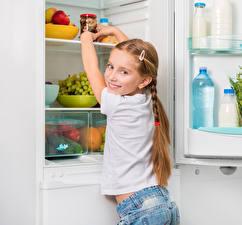 Картинки Холодильник Девочки Смотрит