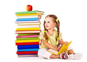 Картинка Школьные Яблоки Белый фон Девочки Сидит Книга Ребёнок