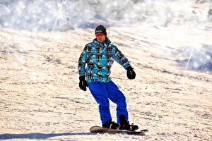 Картинки Сноуборд Мужчины Зима Снег Очки Спорт