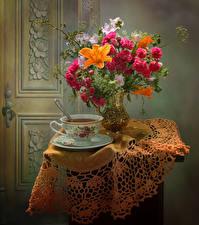 Обои Натюрморт Букеты Розы Лилии Ветреница Чай Стол Ваза Чашка Цветы Еда