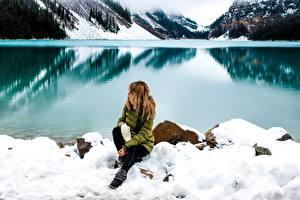 Фотография Камень Зимние Озеро Берег Снег Сидящие Девушки