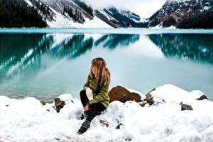Фотография Камни Зима Озеро Берег Снегу Сидит Природа Девушки