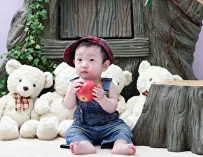 Фотография Мишки Яблоки Азиаты Сидя Кепке Мальчики ребёнок