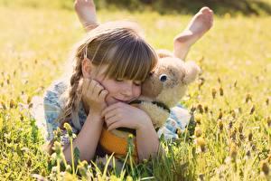 Картинки Плюшевый мишка Девочки Трава Объятие Ребёнок