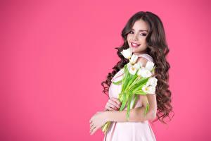 Картинка Тюльпаны Цветной фон Шатенка Улыбка Взгляд Волосы Красивые