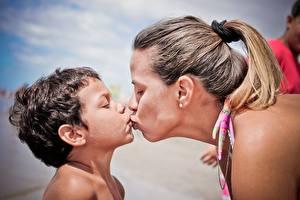 Фотографии 2 Мальчики Поцелуй Девушки