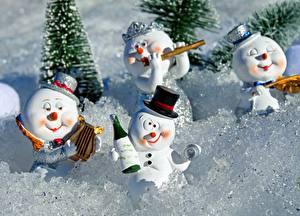 Картинка Зимние Снег Снеговики Шляпа Бутылка