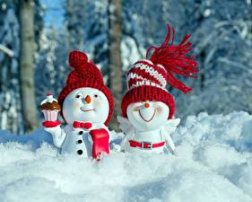 Обои Зимние Снег Снеговики 2 Шапки