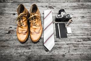 Обои Доски Ботинки Галстук Фотоаппарат Шариковая ручка
