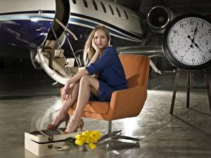Обои Самолеты Кресло Сидящие Ноги Чемодан Девушки