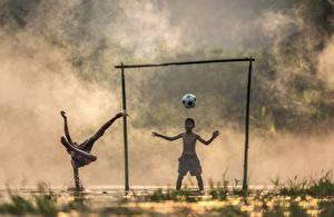Обои для рабочего стола Азиаты Футбол Вратарь в футболе Туман Мальчишки Мяч Вдвоем ребёнок