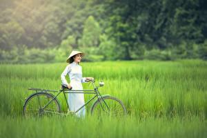 Обои Азиаты Трава Велосипед Брюнетка Шляпа