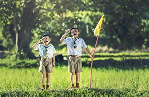 Фотография Азиаты Вдвоем Трава Мальчики Шорты Флаг Дети