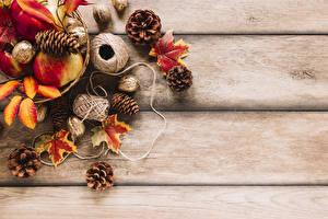 Обои Осень Орехи Яблоки Доски Листья Шишки Природа картинки