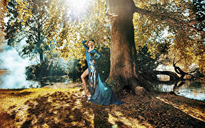Фотографии Шатенка Платье Ствол дерева