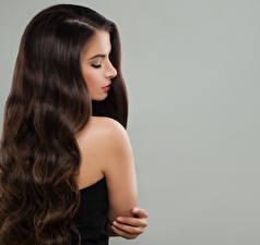Фото Шатенка Волосы Серый фон Красивые Девушки