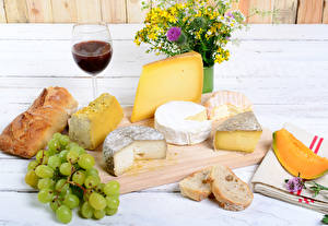 Картинки Сыры Вино Виноград Хлеб Натюрморт Букеты Разделочная доска Бокалы Еда