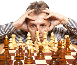 Картинки Шахматы Мужчины Пальцы Смотрит Спорт