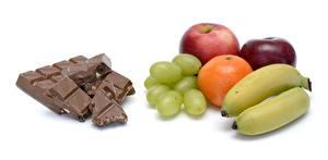 Фотография Шоколад Яблоки Виноград Апельсин Бананы Белый фон Еда