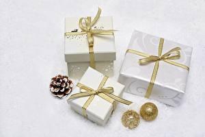 Фотография Новый год Шар Шишки Подарки Лента Бантик Белый фон