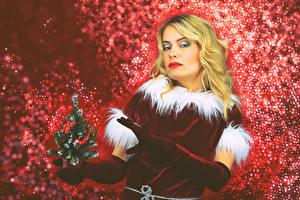 Фотография Рождество Блондинка Униформа Новогодняя ёлка Перчатки Смотрит Девушки